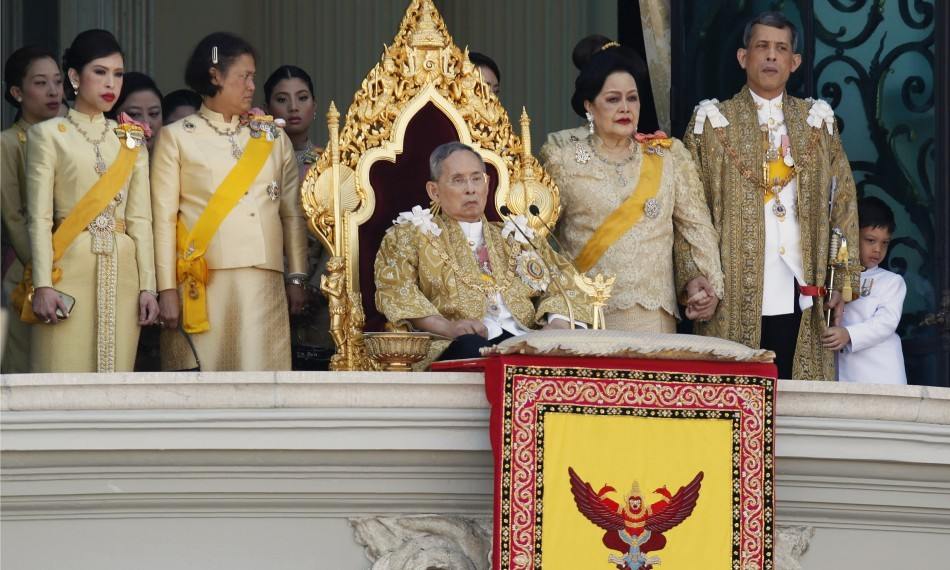 King Bhumibol gives his birthday speech, flanked by his wife and children